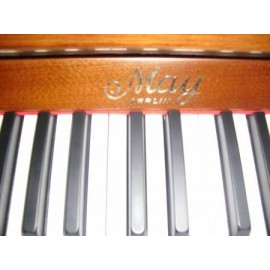 piano droit May by SCHIMMEL Berlin noyer satiné